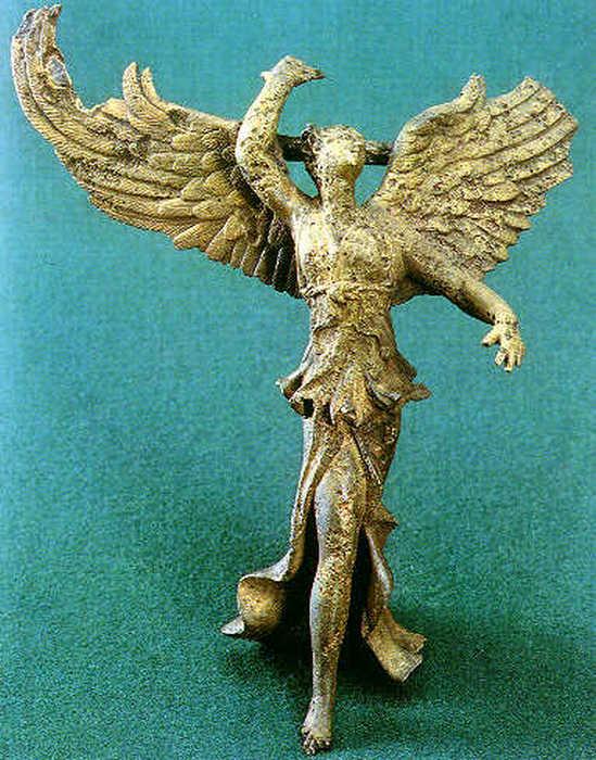 Статуя богини Ники была найдена на острове Самофраки на территории святилища кабиров.