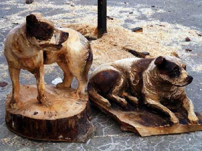 Скульптуры собак-компаньонов, вырезанных из дерева с помощью бензопилы неизвестным автором. | Фото: derevorez.ru